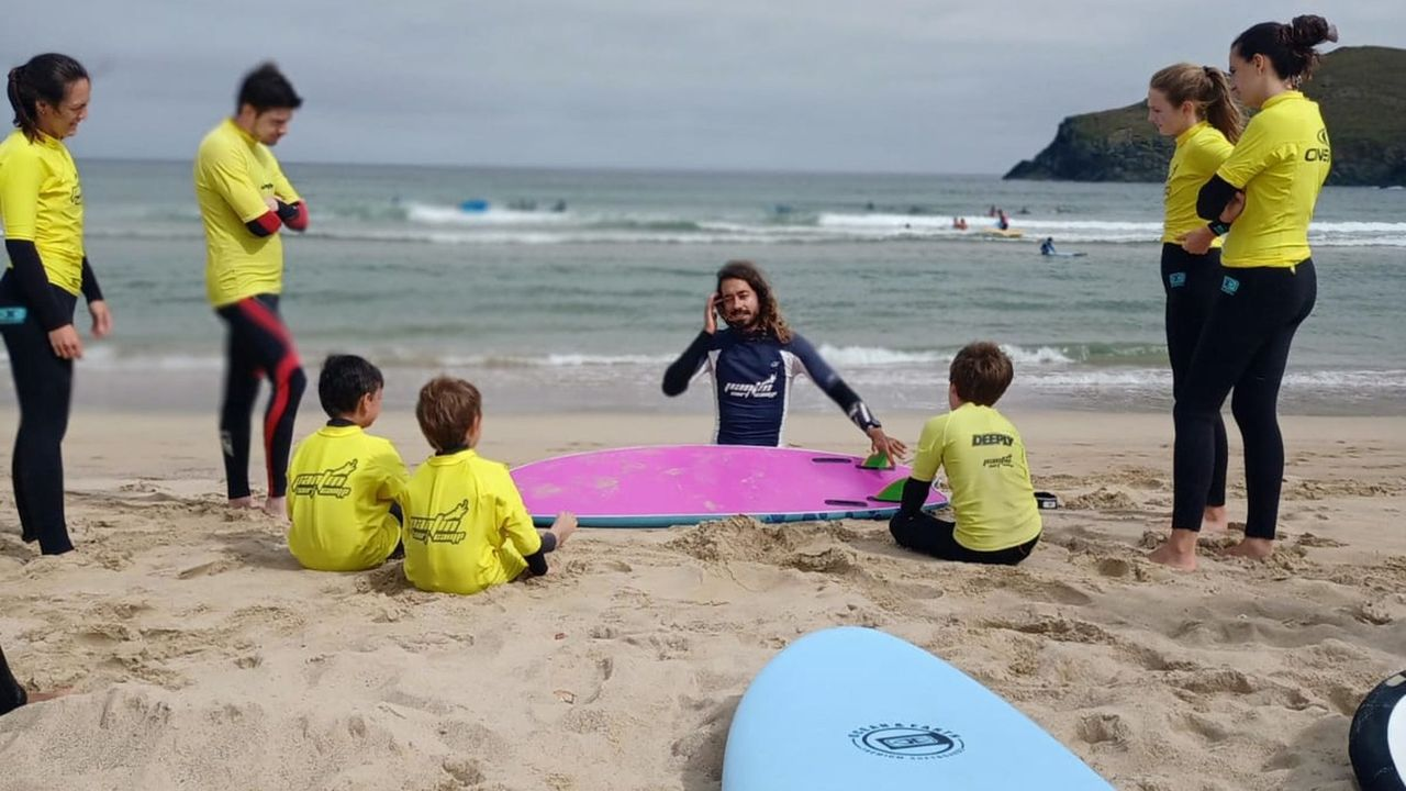 Imagen de archivo de una clase de surf en una playa del área de Ferrol