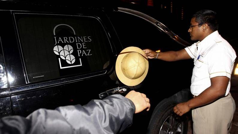 Un hombre saluda al paso del coche fúnebre que traslada a «Chespirito»