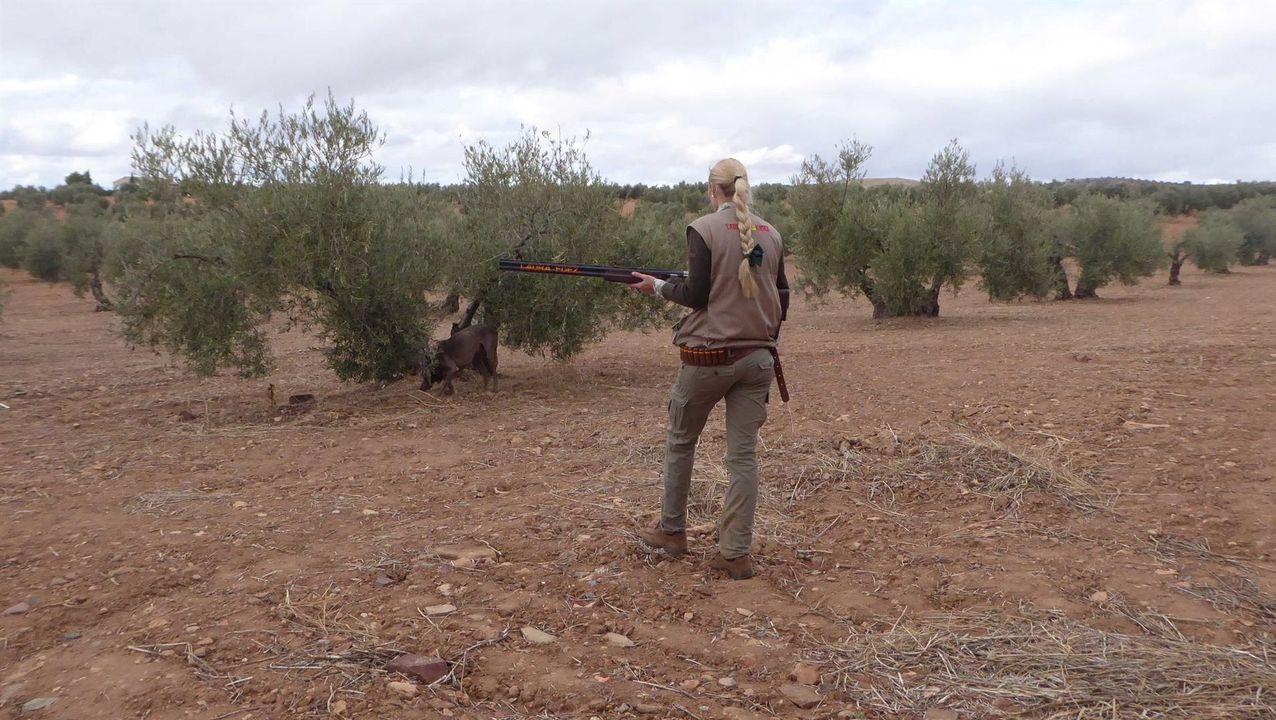Los pescadores vuelven a lanzar sus cañas.Ángel Romasanta recomienda llevar a los perros siempre atados para evitar envenenamientos
