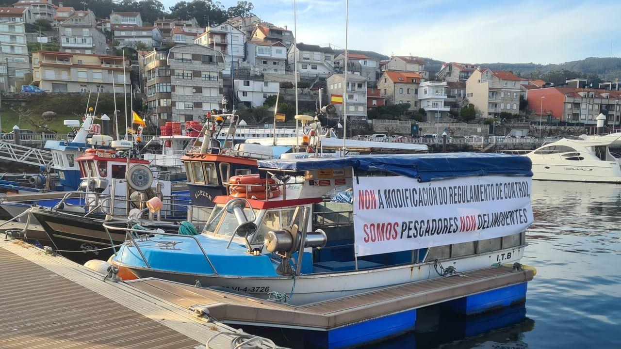 Pancarta en pesqueros de Cabo de Cruz contra el reglamento de control pesquero
