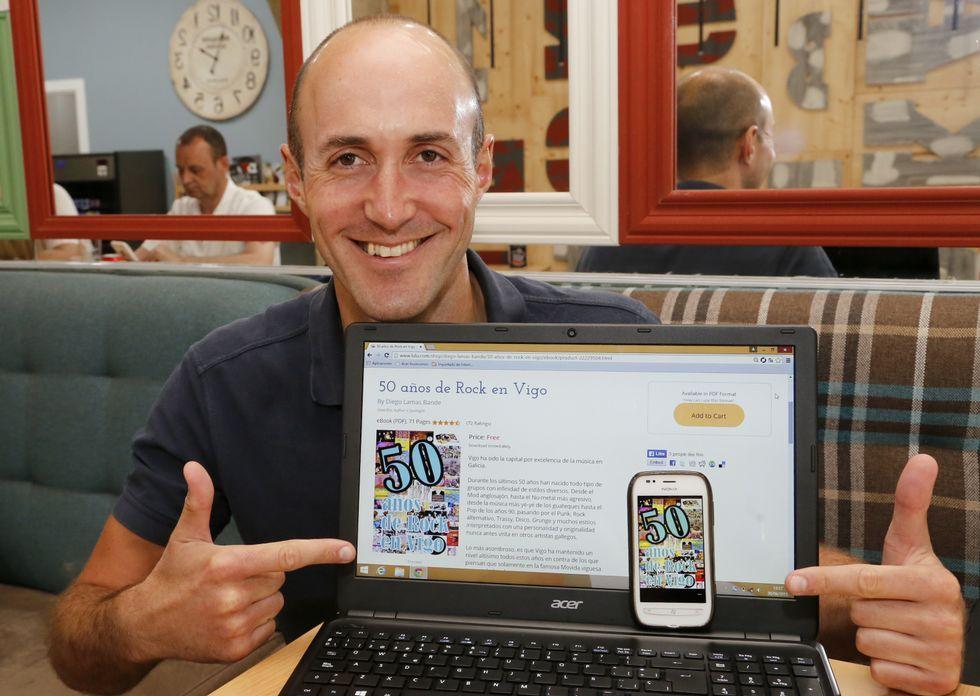 Diego Lamas muestra su libro en una tableta y también enun teléfono inteligente.