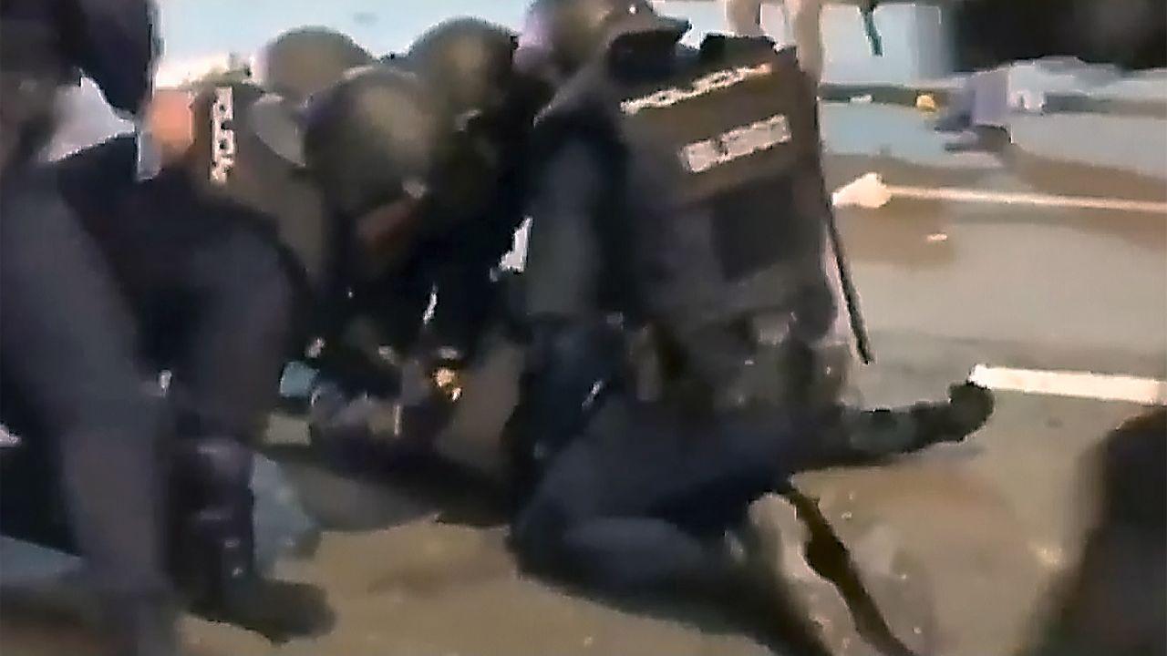 Nuevas imágenes de la agresión que dejó a un policía nacional herido muy grave.Lugar donde fue atendido por los servicios sanitarios el hombre atacado por las avispas