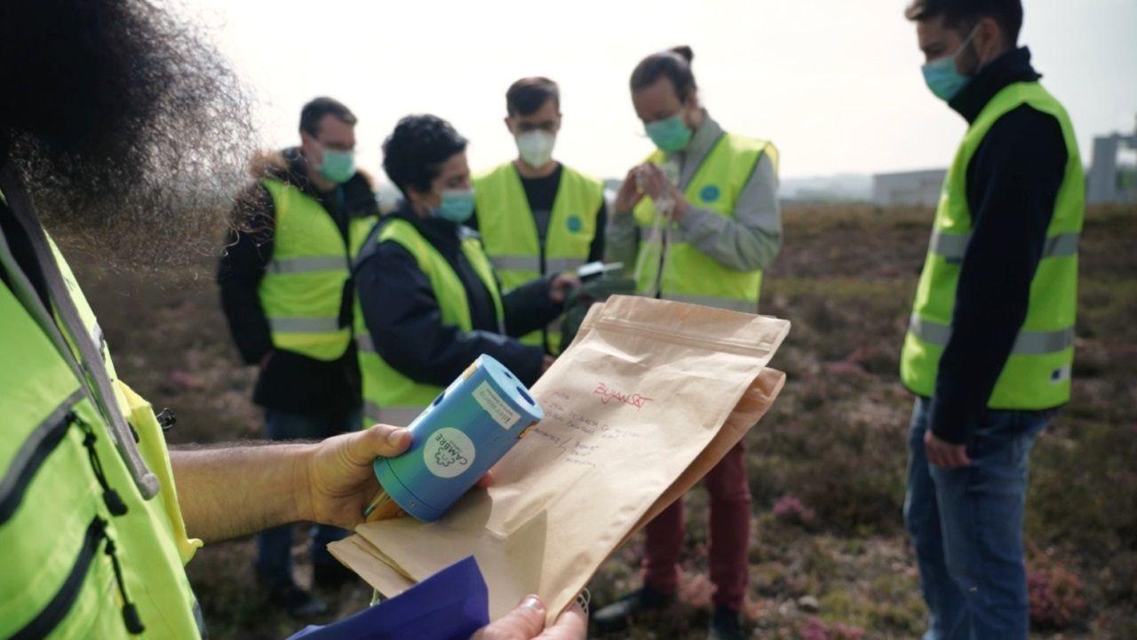 sello Margarita Salas.El satélite del IES David Buján -el dispositivo azul que sujeta el técnico- fue lanzado en Rozas (Lugo) el pasado miércoles