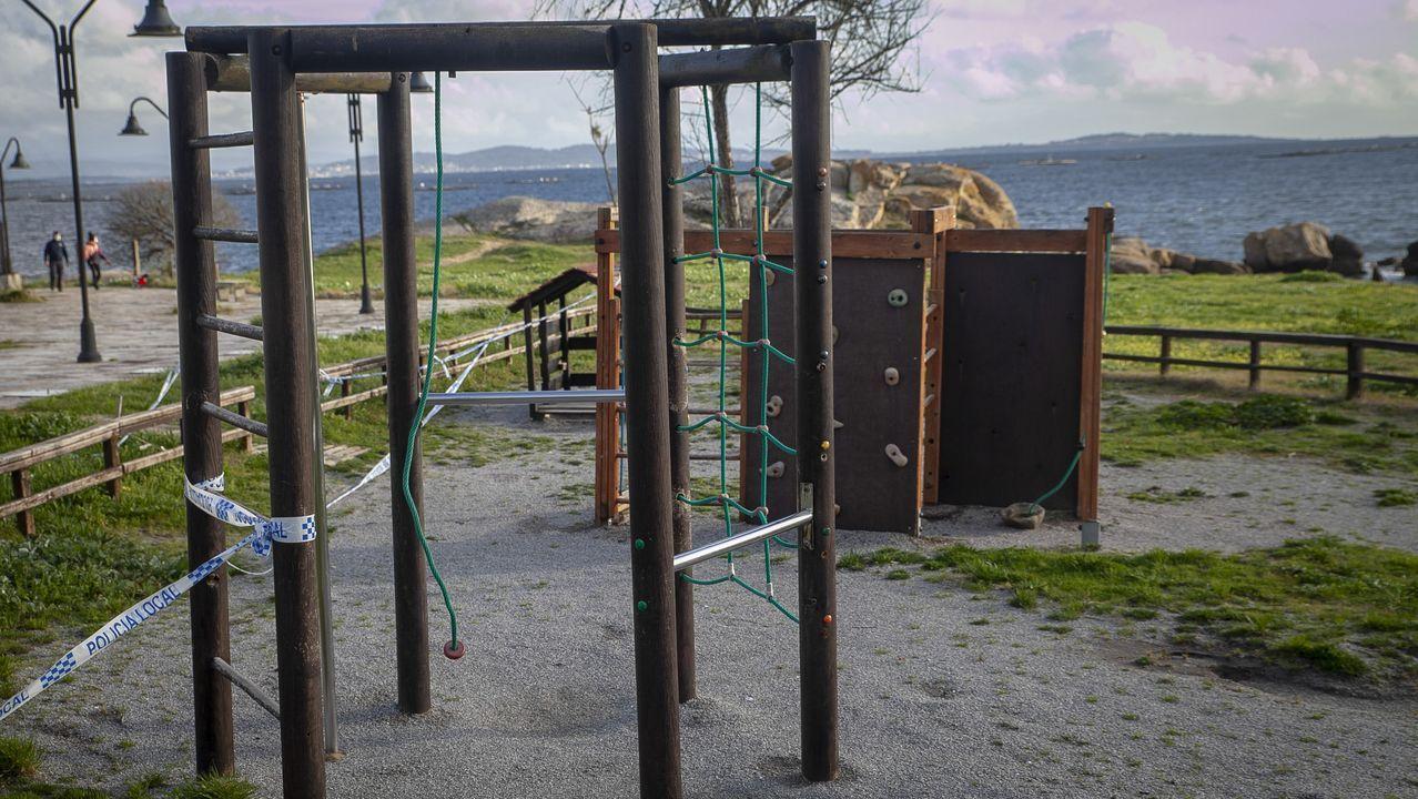 Chequeo al parque infantil de la playa de Cabío-A Lombiña.Boiro iniciará mañana la desescalada con el menor número de positivos desde el mes de octubre