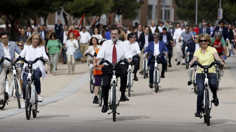 El presidente del PP y del Gobierno, Mariano Rajoy, y las candidatas a la Comunidad y al Ayuntamiento de Madrid, Cristina Cifuentes y Esperanza Aguirre, dieron un paseo en bici por Madrid Río tras reunirse hoy con profesionales del sector de la bicicleta.