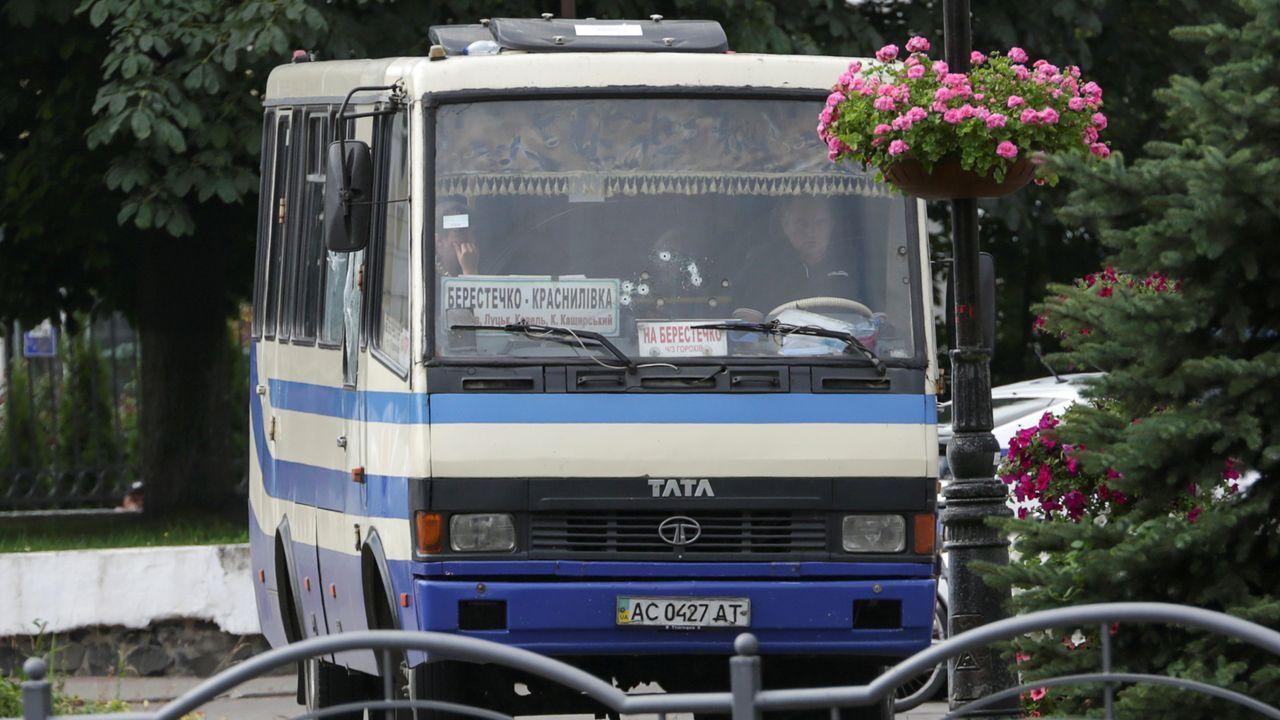 Un grupo de pasajeros consulta los vuelos en el Aeropuerto de Asturias.Rehenes en el autobús secuestrado por un hombre con explosivos en Ucrania