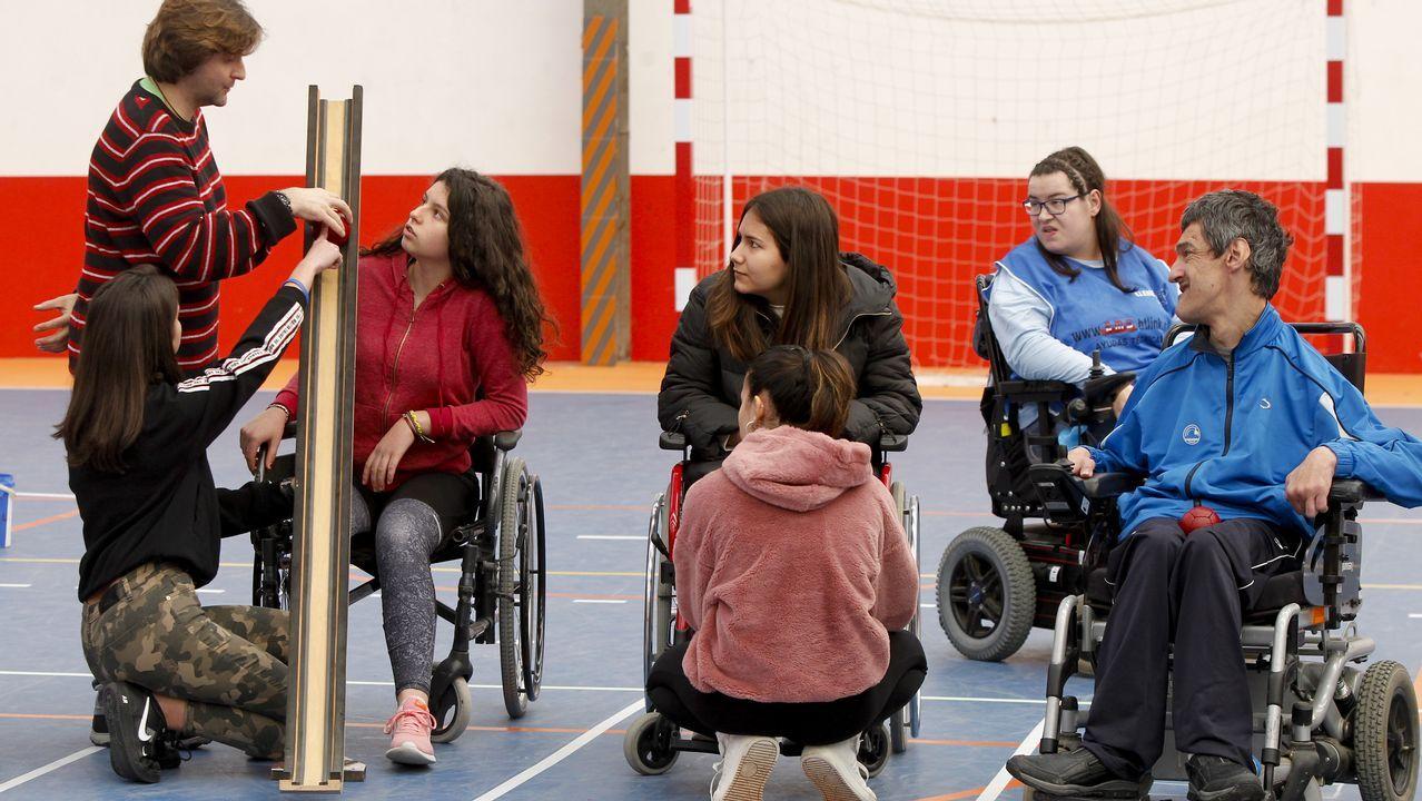 Alumnos de Boqueixón hacen deporte con discapacitados
