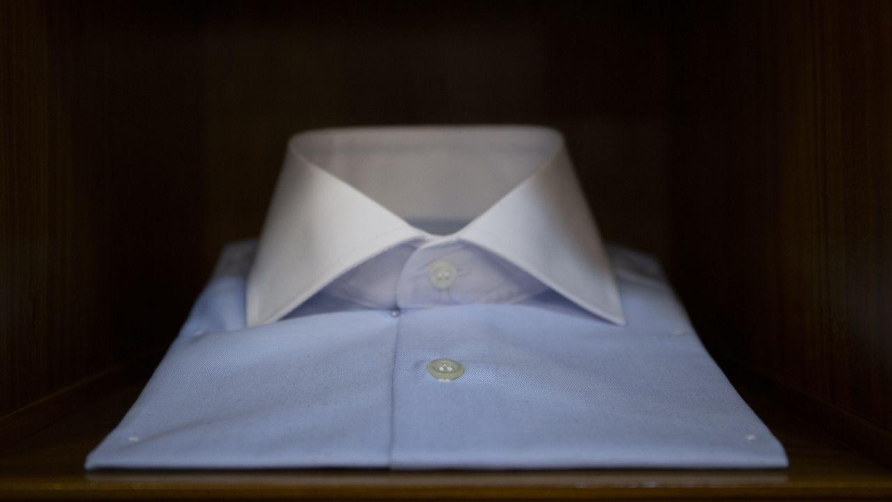 Foto detalle de una camisa en una sastrería de Oviedo