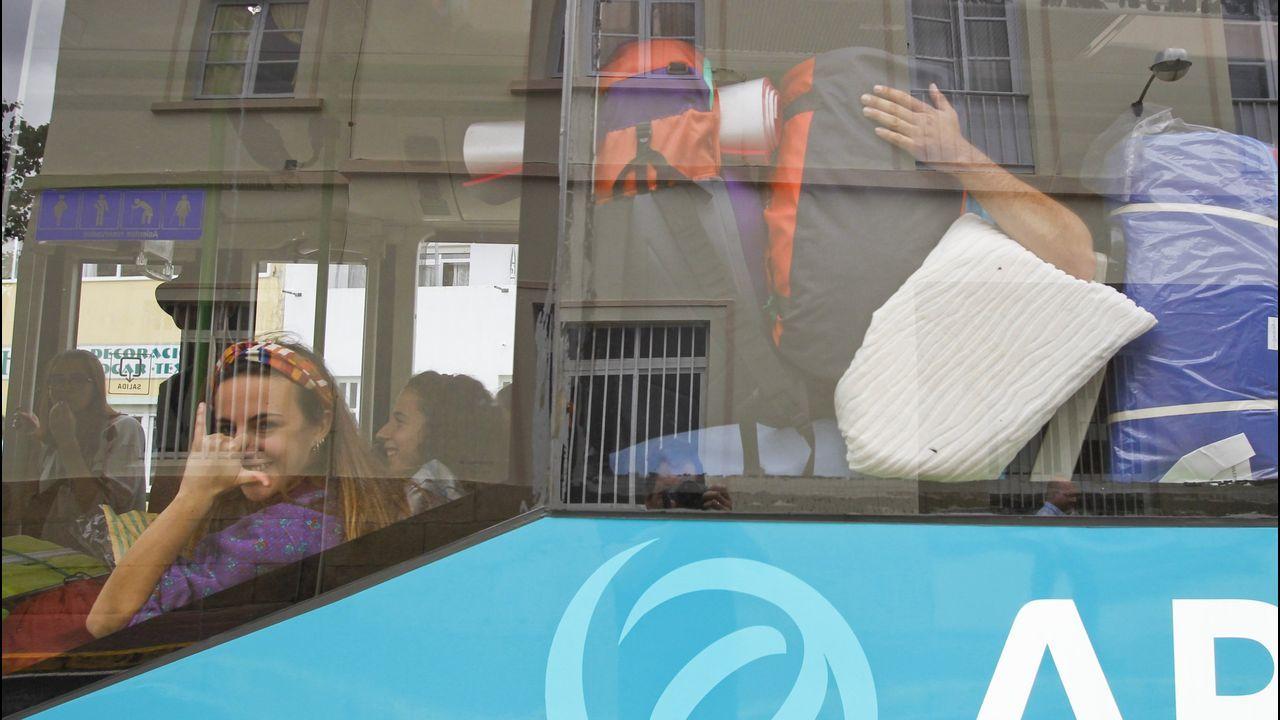 El candidato socialista a la Presidencia del Principado, Adrián Barbón (d), y el presidente en funciones, Javier Fernández (i) tras finalizar la primera sesión del debate de investidura