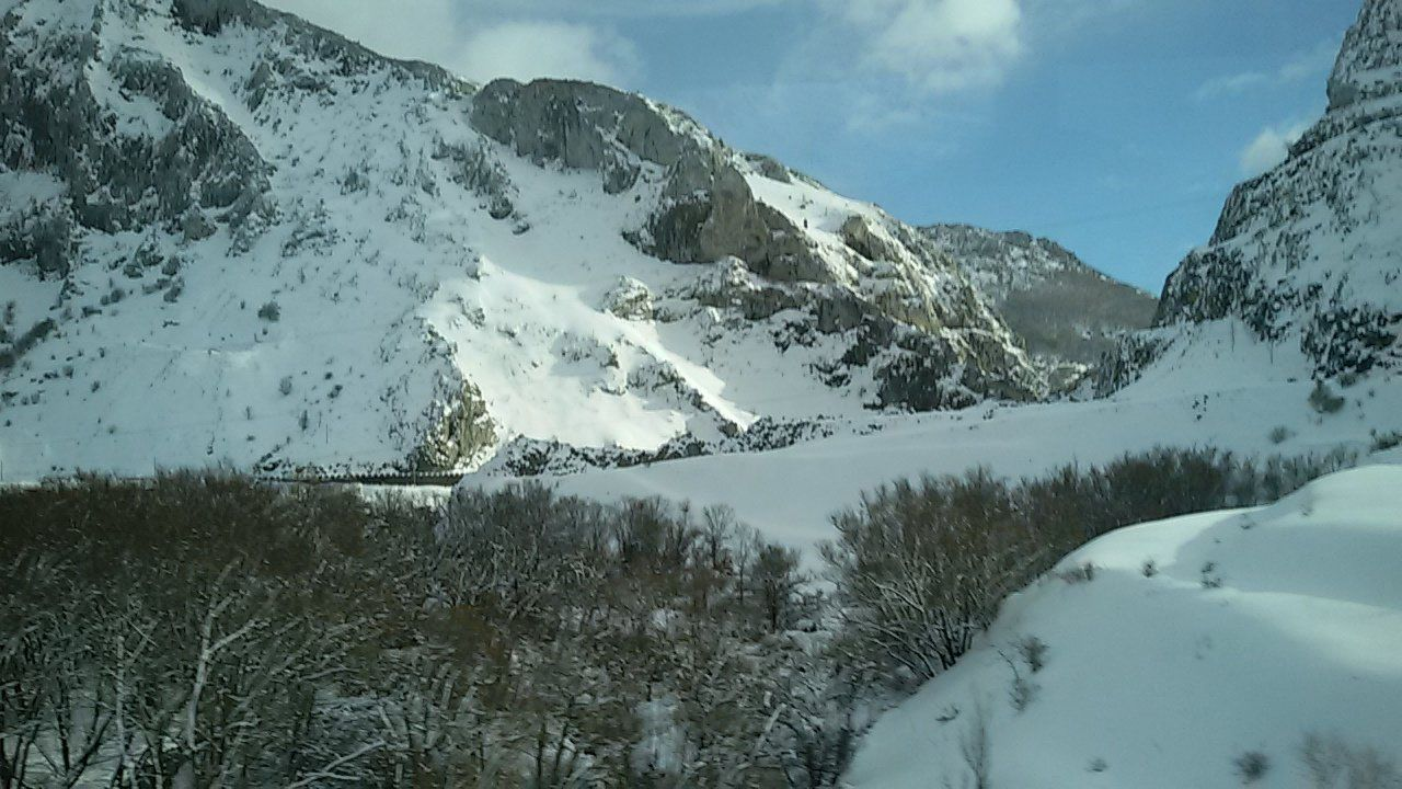 La nieve dificulta el tráfico en la autopista del Huerna.Impresionante nevada en el pantano de Luna, en León