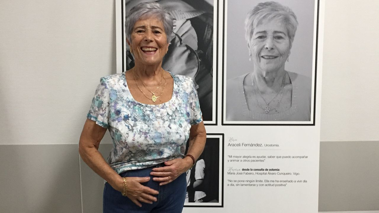 Araceli, delante del panel de la exposición con imágenes suyas, presume de que lleva la bolsa dentro del pantalón.