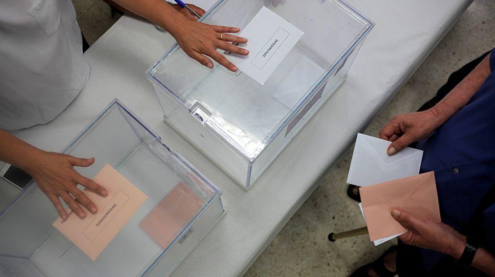 La alcaldesa de Madrid, Manuela Carmena, vota en el madrileño barrio de Hortaleza
