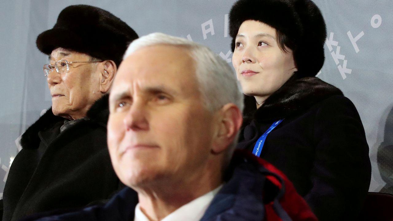 Mike Pence y en segundo plano Kim Yo-jong