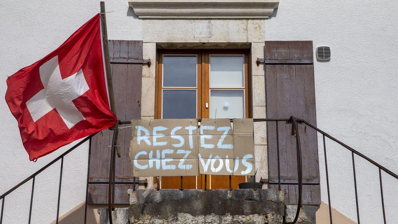 Un cartel en una vivienda de Bourdigny, cerca de Ginebra, anima a los vecinos a quedarse en casa