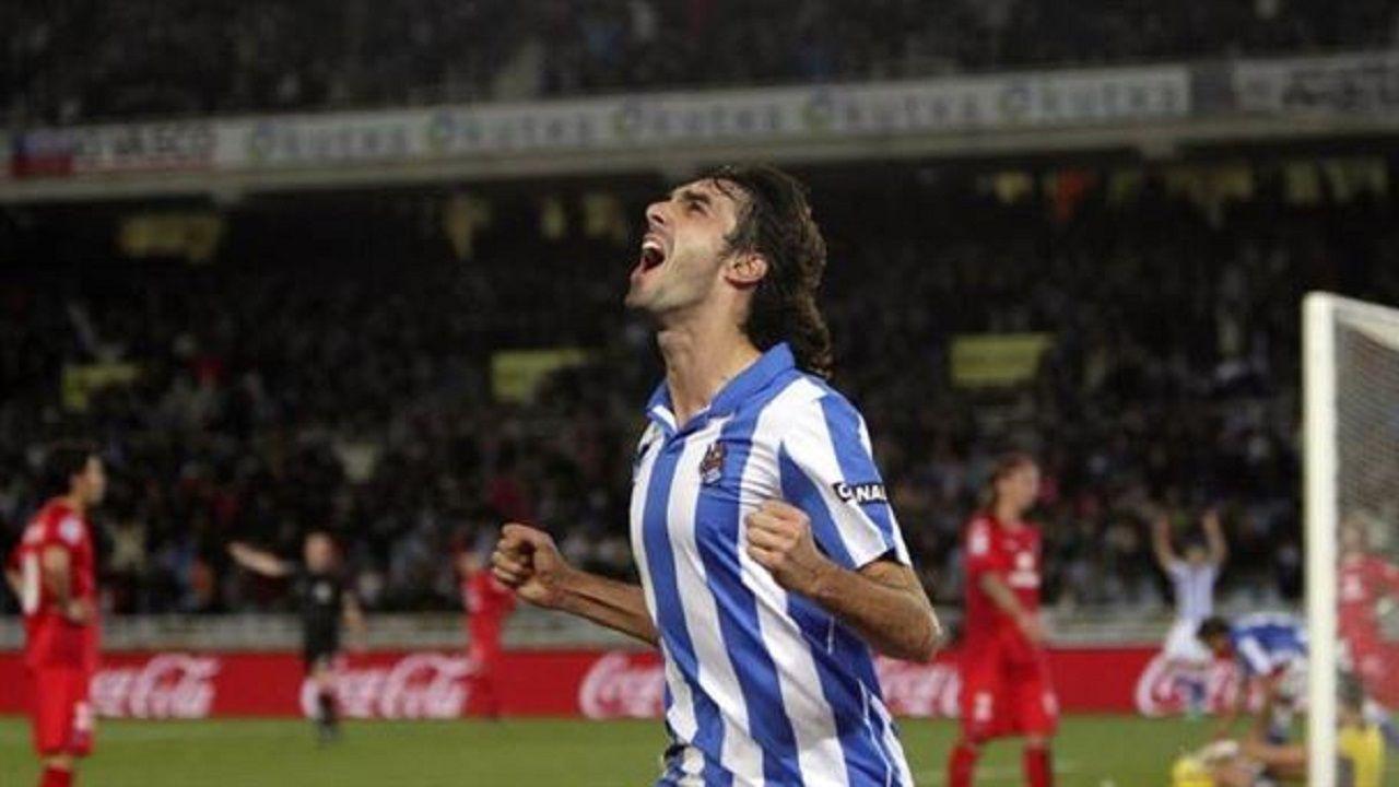 Carlos Martínez celebra un gol con la Real Sociedad