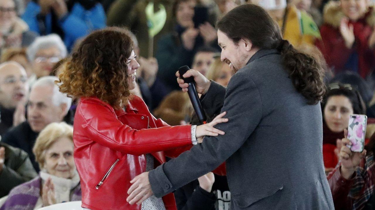 Un centenar de personas evita el desahucio de una mujer de 72 años en Gijón.Pablo Iglesias y Sofía Castañón, en el acto de La Camocha, en Gijón