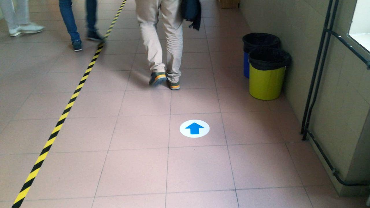 Los alumnos del instituto Jovellanos, de Gijón, siguen las marcas colocadas en el suelo del centro