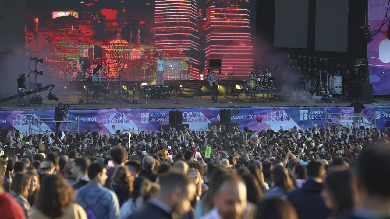 El vocalista de Bastille, cantando entre el público.A banda Malasömbra tomará parte na «batalla de grupos» que se celebrará en Pantón o 13 de xullo