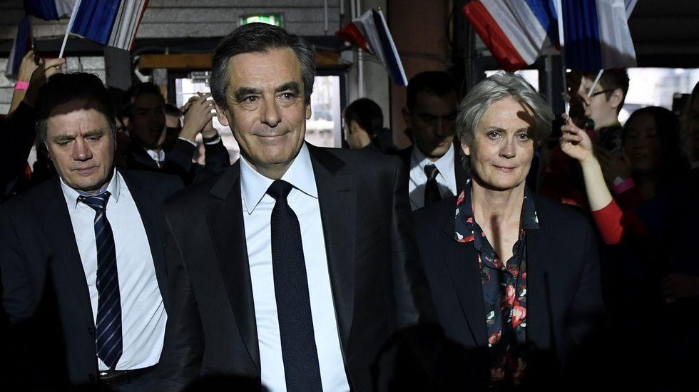 Una feminista irrumpe durante la conferencia de Marine Lepen.François Fillon