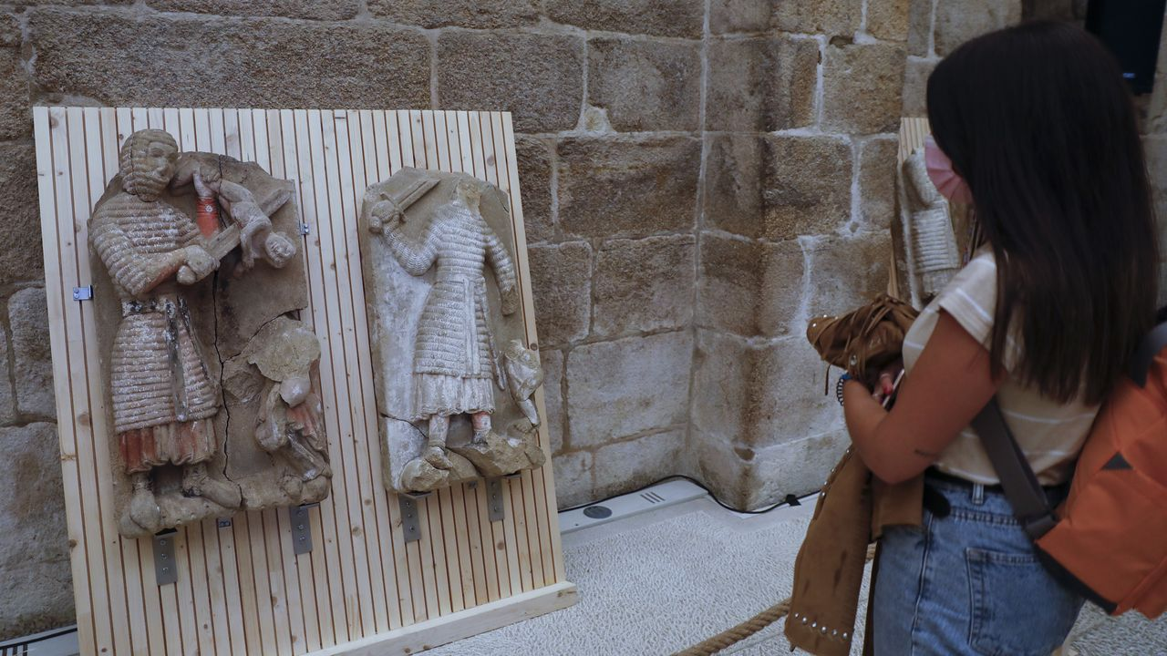 Agentes de la Policía Nacional de Lugo hicieron el Camino hasta Santiago en un solo día.Las piezas rescatadas pueden verse en la sala de armas del pazo de Xelmírez.