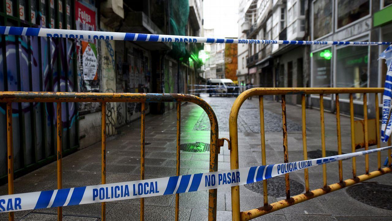 Peatones cruzan la Estrecha de San Andrés pese a estar cerrada por peligro de derrumbe de un edificio.Felipe Díaz-Miranda, nuevo presidente de la SOF