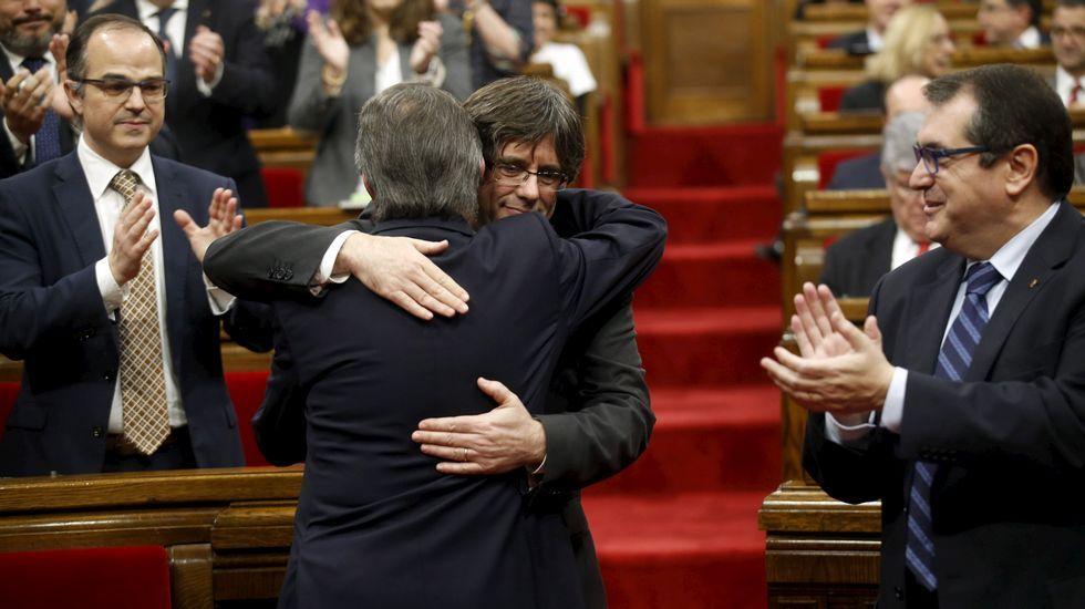 Artur Mas (de espaldas) saluda a Carles Puigdemont