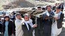 Entierro de una de las victimas del atentado del Estados Islámico el pasado viernes en Kabul