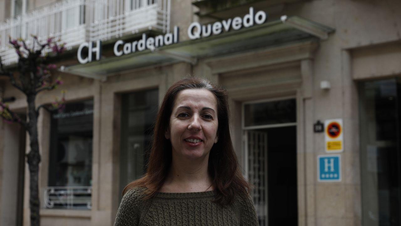 Cristina Gómez, frente al hotel Carrís, donde duerme por miedo a contagiar a su padre