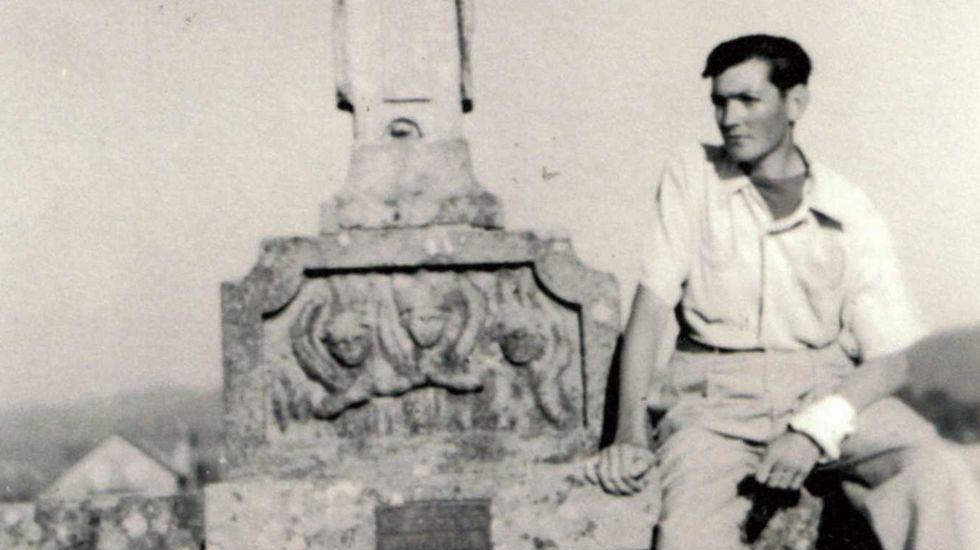 Julio Cortázar en el puente de A Ramallosa