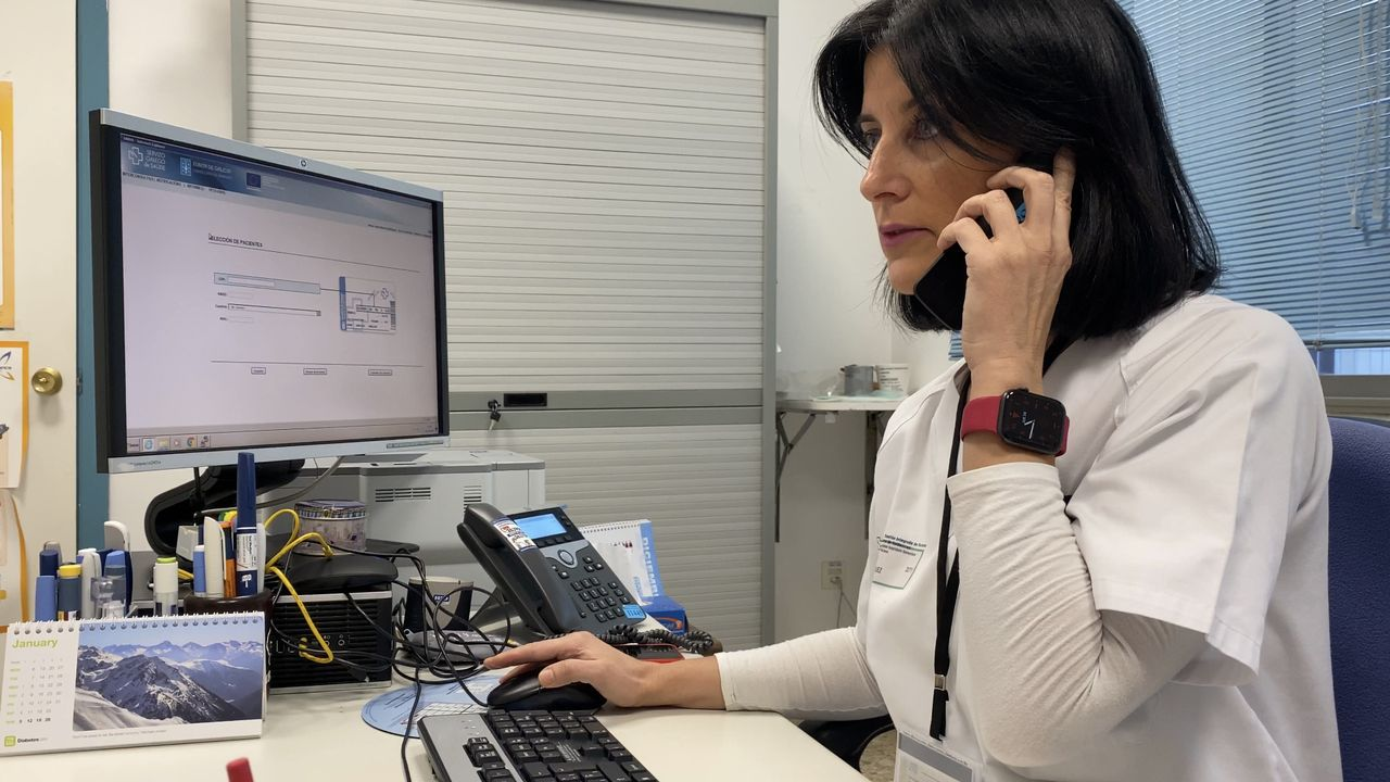 Juan deja la UCI.La enfermera y educadora en diabetes del CHUO, María José Menor, está al frente del servicio, junto a dos compañeras más.