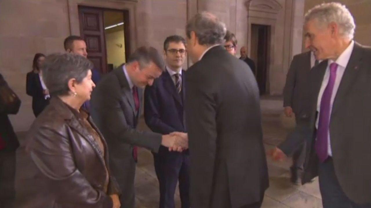Nueva polémica con el catalán.Pedro Sánchez y Ada Colau, ayer, en el ayuntamiento de Barcelona