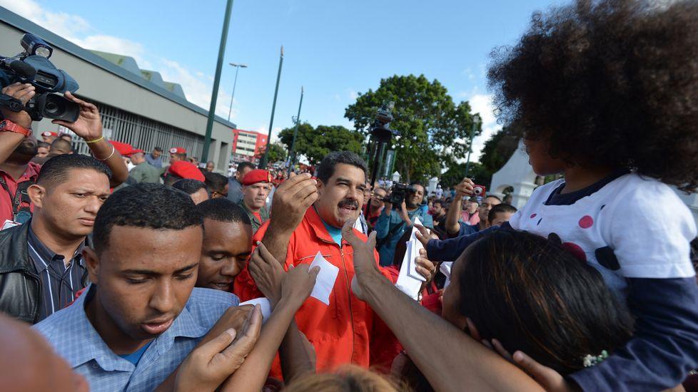 Nicolás Maduro deposita su voto en Caracas.