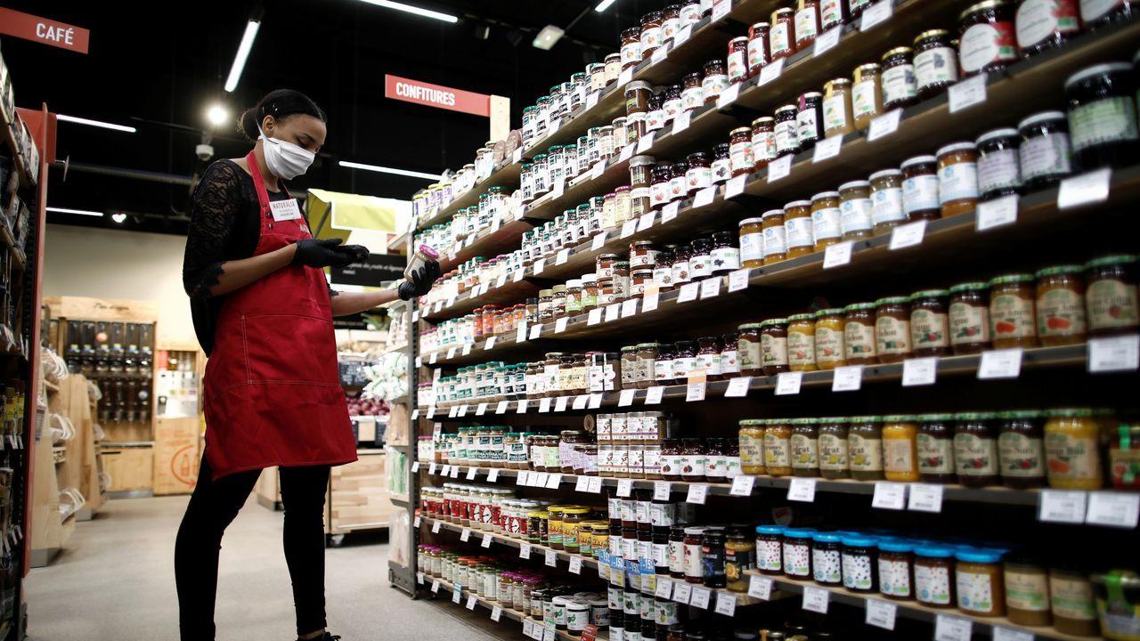 Un empleado prepara los pedidos de los clientes en una tienda de alimentos orgánicos Naturalia operada por Casino Group, luego del brote de la enfermedad por coronavirus, en Bretigny-sur-Orge, cerca de París, Francia
