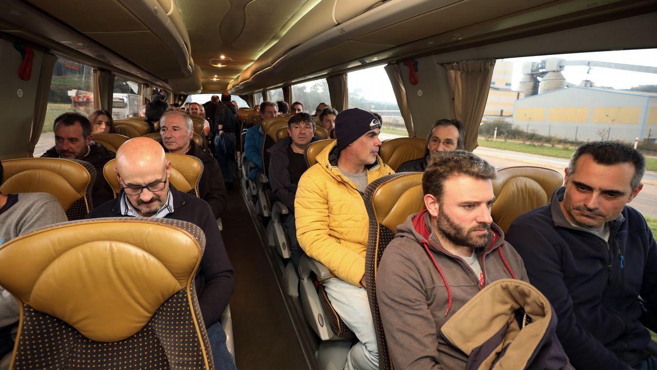 Trabajadores de Alcoa San Cibrao van en autobús a la concentración de Avilés.Los trabajadores de Alcoa se unen para protestar en San Cibrao