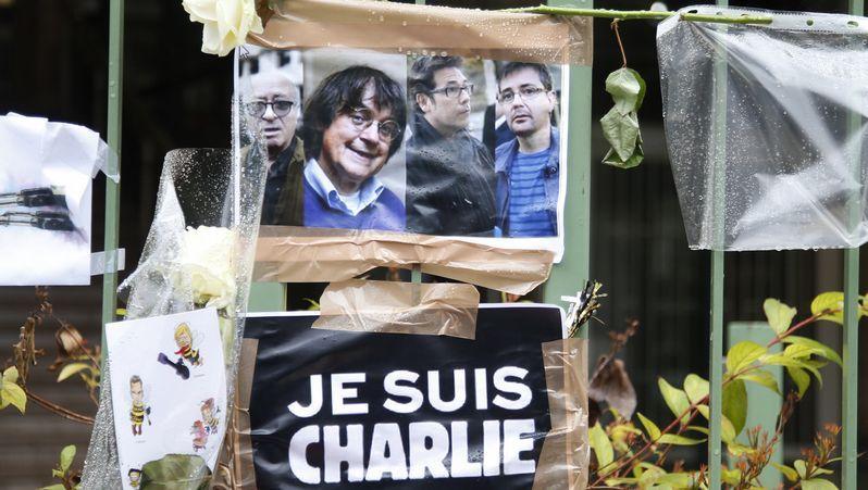 Despliegue policial sin precedentes en Dammartin-en-Goële.La plantilla de «Charlie Hebdo» trabaja en la redacción del periódico «Libération».