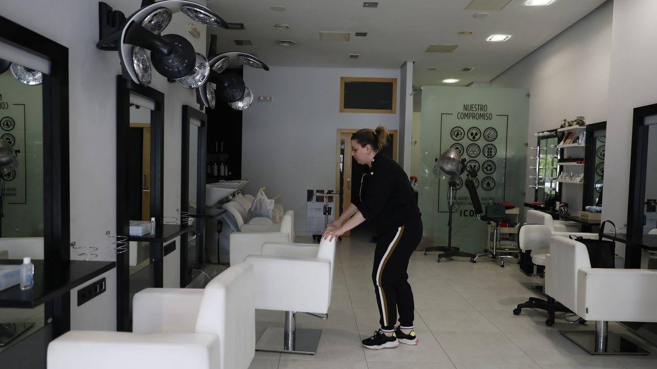 Lucía Blanco se recupera del Covid -19 con 106 años.Natalia Carballo, preparando su peluquería Es Imagen para la reapertura.