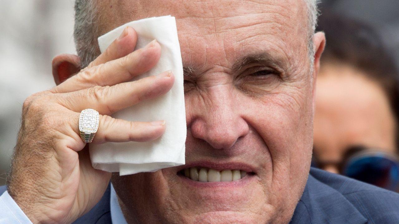 Giuliani llegó a ser alcalde de Nueva York, fracasó en su intento de ser presidente de EE.UU. y ahora ejerce de abogado, agitador televisivo y hacedor de entuertos de Trump