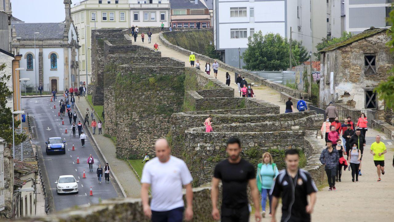 Ciudadanos caminando por la muralla de Lugo y por la ronda que la circunda