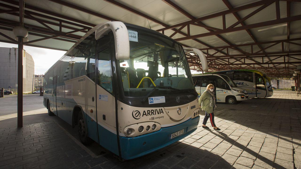 Retirada del coche de Manuel Rodríguez Eiroa en el puerto de Laxe.Un autobús de Arriva, ayer, en la estación de Carballo