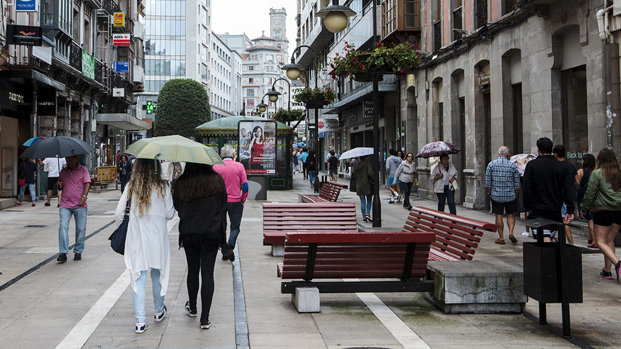 A los turistas sí le gusta el tiempo en Asturias.Tienda Pisamonas