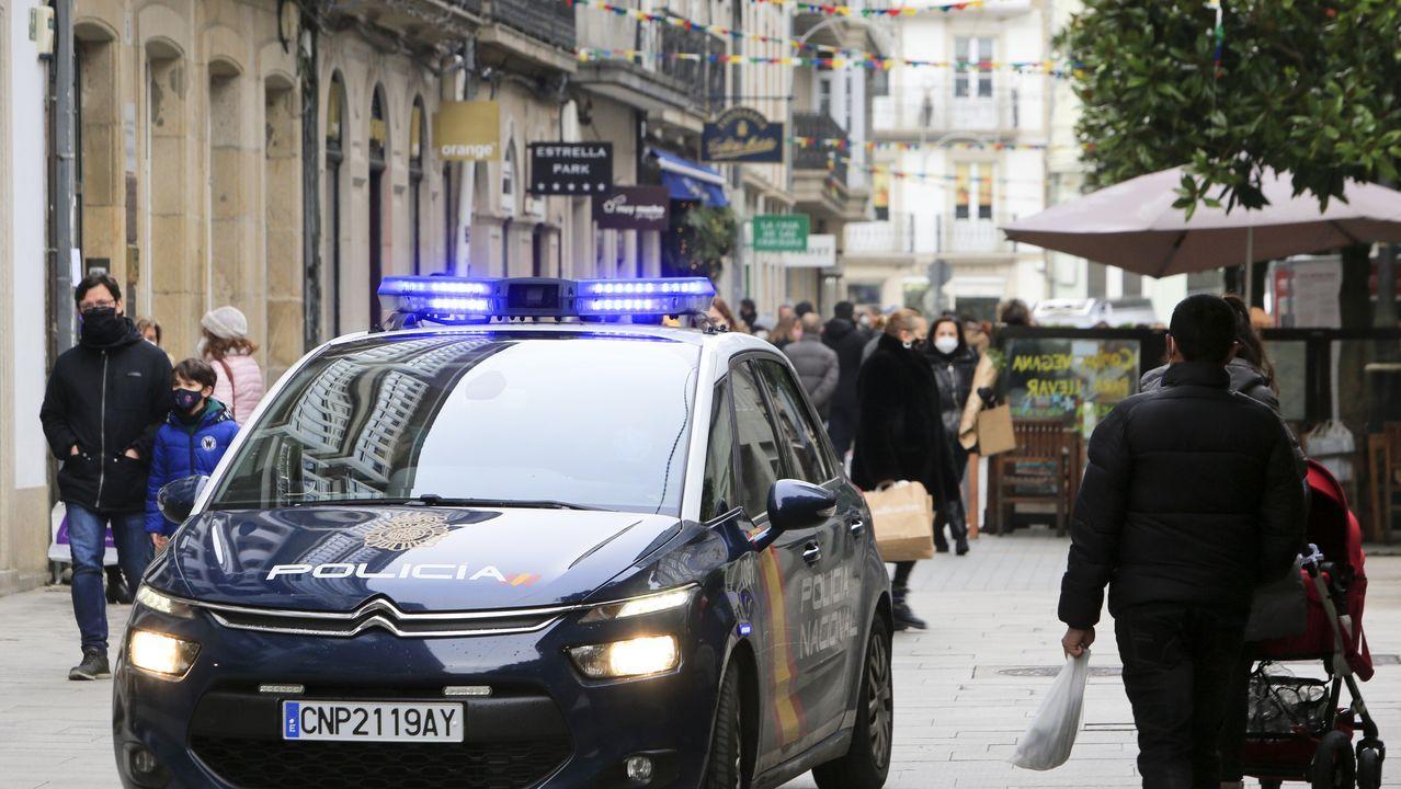 Un coche patrulla de la Policía Nacional en el centro de Lugo