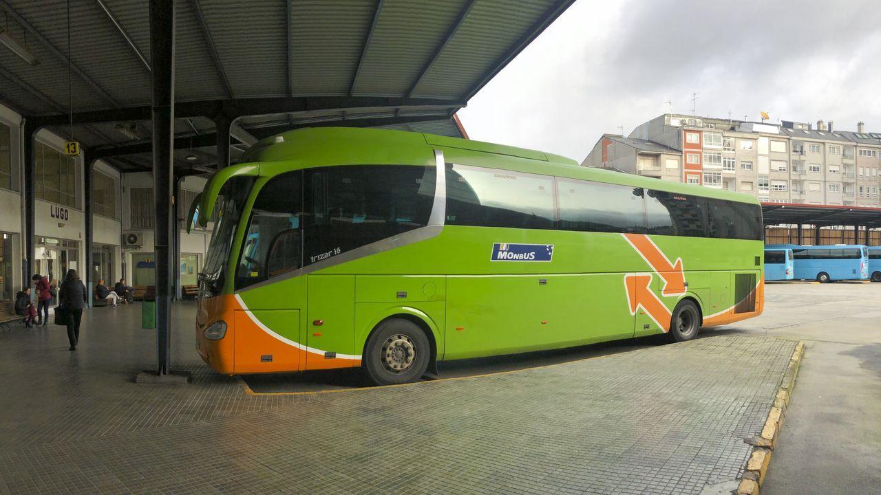 Los buses de Eurolines, en la estación de buses de Lugo uno de ellos, irán adoptando la imagen de Flixbus