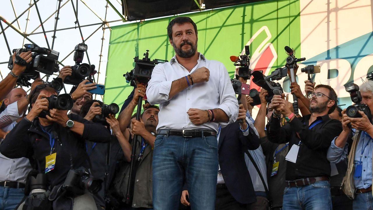 Matteo Salvini se hace un selfi con una entusiasta simpatizante de la Liga