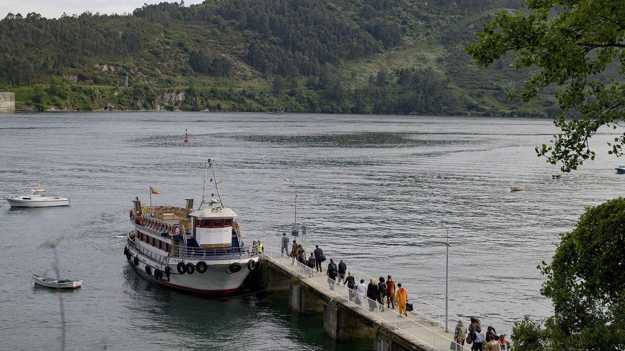 Embarcadero de San Felipe, en Ferrol, con la embarcación tradicional al fondo