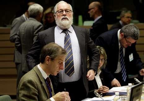 Cañete, al inicio del Consejo de Ministros en Bruselas.