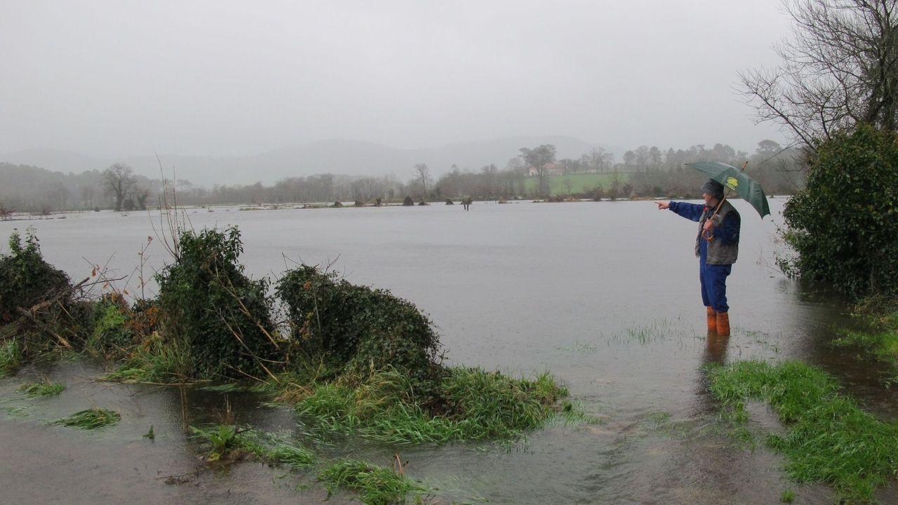 Estado del Miño a su paso por Ourense.Una vista posterior del muro de la presa de Belesar muestra el nivel que ha alcanzado el agua almacenada en el embalse