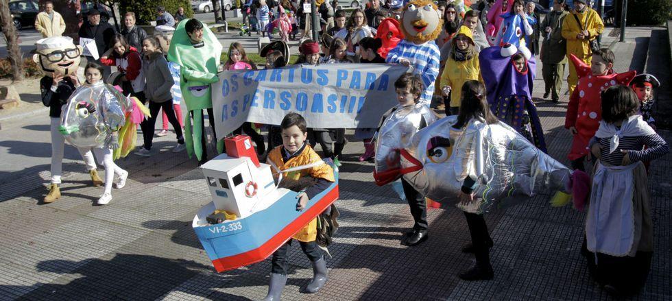 Los vecinos que se oponen al barco protagonizaron ayer una comparsa y hoy irán con globos a la Praza do Rei durante el pleno