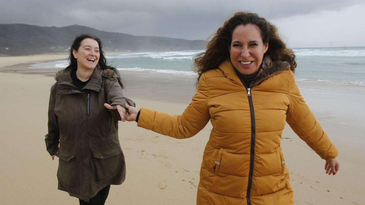 En la imagen, a la derecha, Silvia Pérez Trejo, autora del best-seller «Academia de mujeres», que será adaptado para serie de televisión por la guionista ferrolana Alicia Freire (a la izquierda)