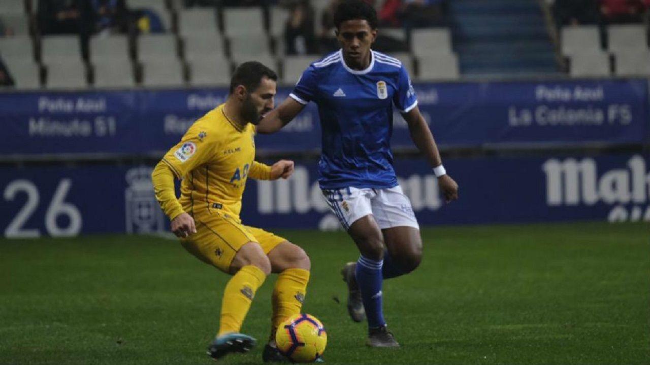 Nono ante Yoel Bárcenas en un Real Oviedo-Alcorcón
