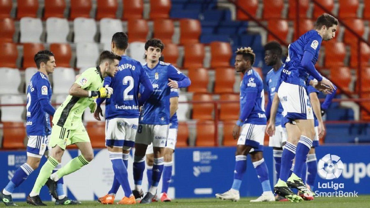 Los jugadores del Oviedo, antes del encuentro ante el Lugo